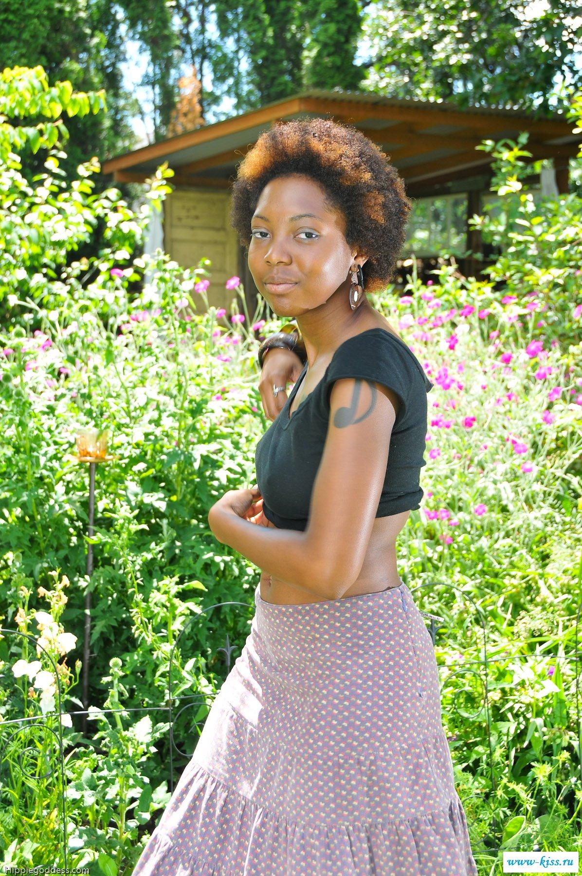 Голая негритянка резвится на природе