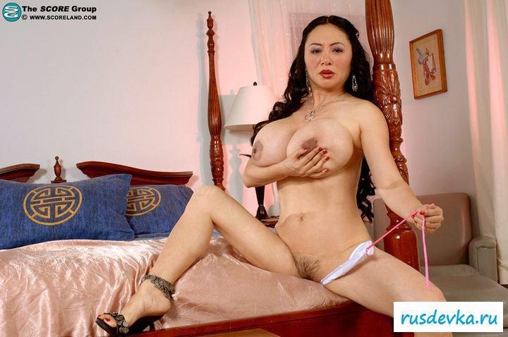 Азиатка обнаженная достала свои груди