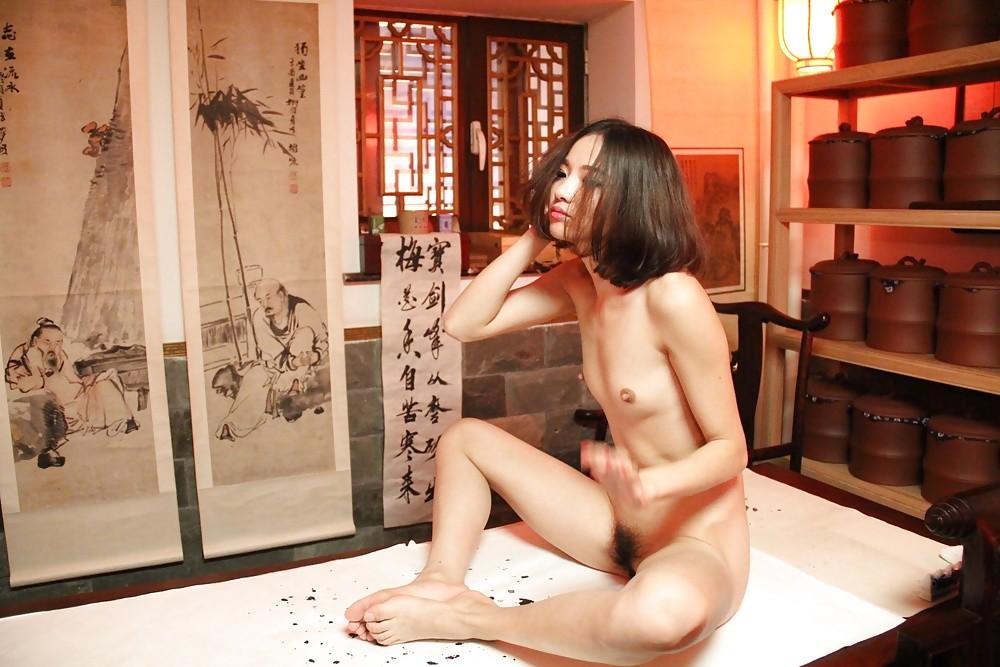 Худая голая китайская модель