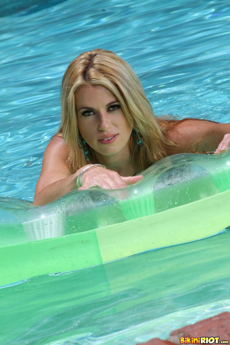 Девушка с идеальной, круглой попкой, большой грудью и узкой бритой киской Randy Moore снимает бикини у бассейна