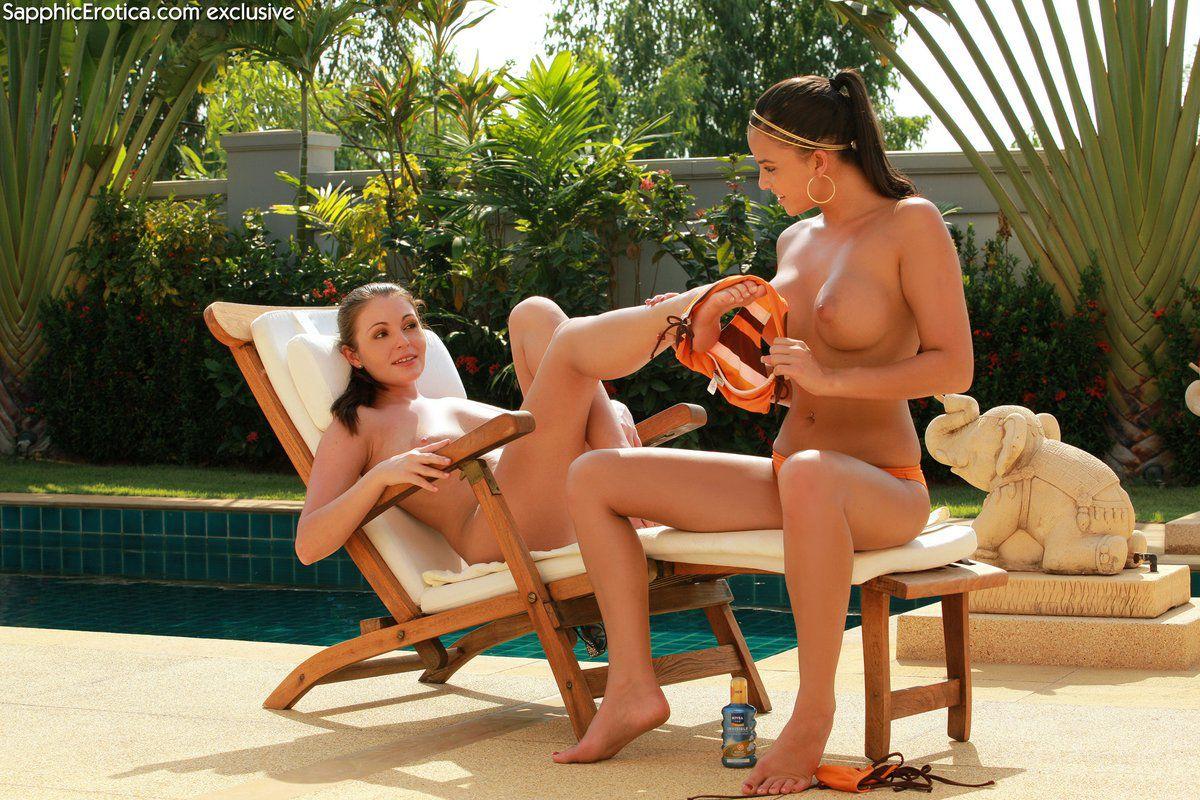 Девушки в бикини Sascha Sapphic и Zara Sapphic лижут друг другу попки и киски сразу после загорания
