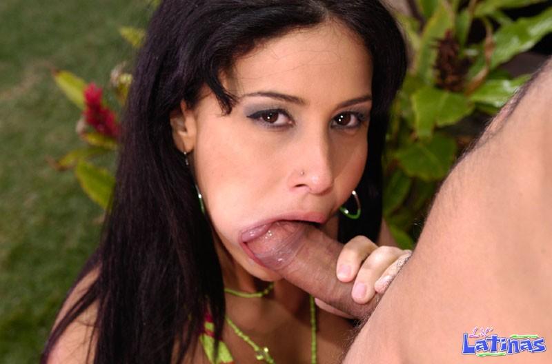 Милая чикана Monica Mattos снимает свое бикини и трахается на улице