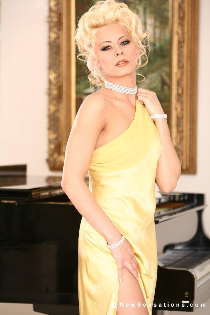 Блондинка Madison Ivy дала заполнить свою лысую киску сразу как только сняла желтое платье