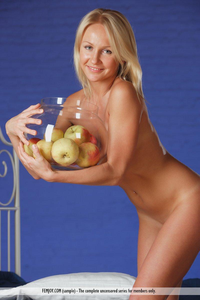 Голая блондинка со стройным телом - Valentina Nubiles, эротично играет с яблоком