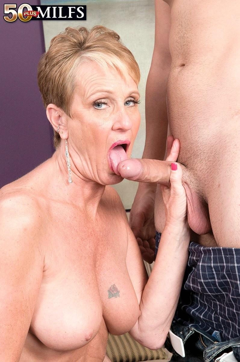 Горячая зрелая сучка очень хочет секса, поэтому с радостью подставляет свою пизду молодому мужчине