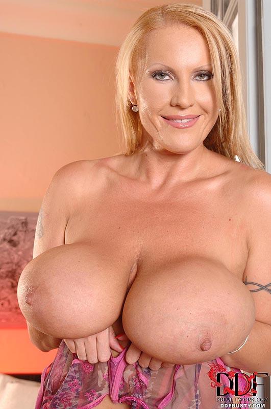 Грудастая и зрелая блондинка Laura Orsolya показывает свою массивную грудь в этой эротической фотосессии