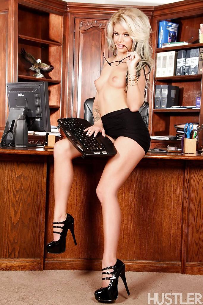 Худенькая блондинка разделась в своем офисе и принялась дрочить самотыком