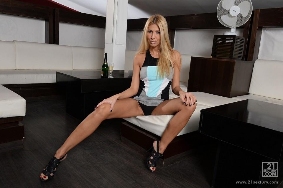 Невероятная блондинка Clara G снимает свое элегантное платье и трахает себя огромным дилдо