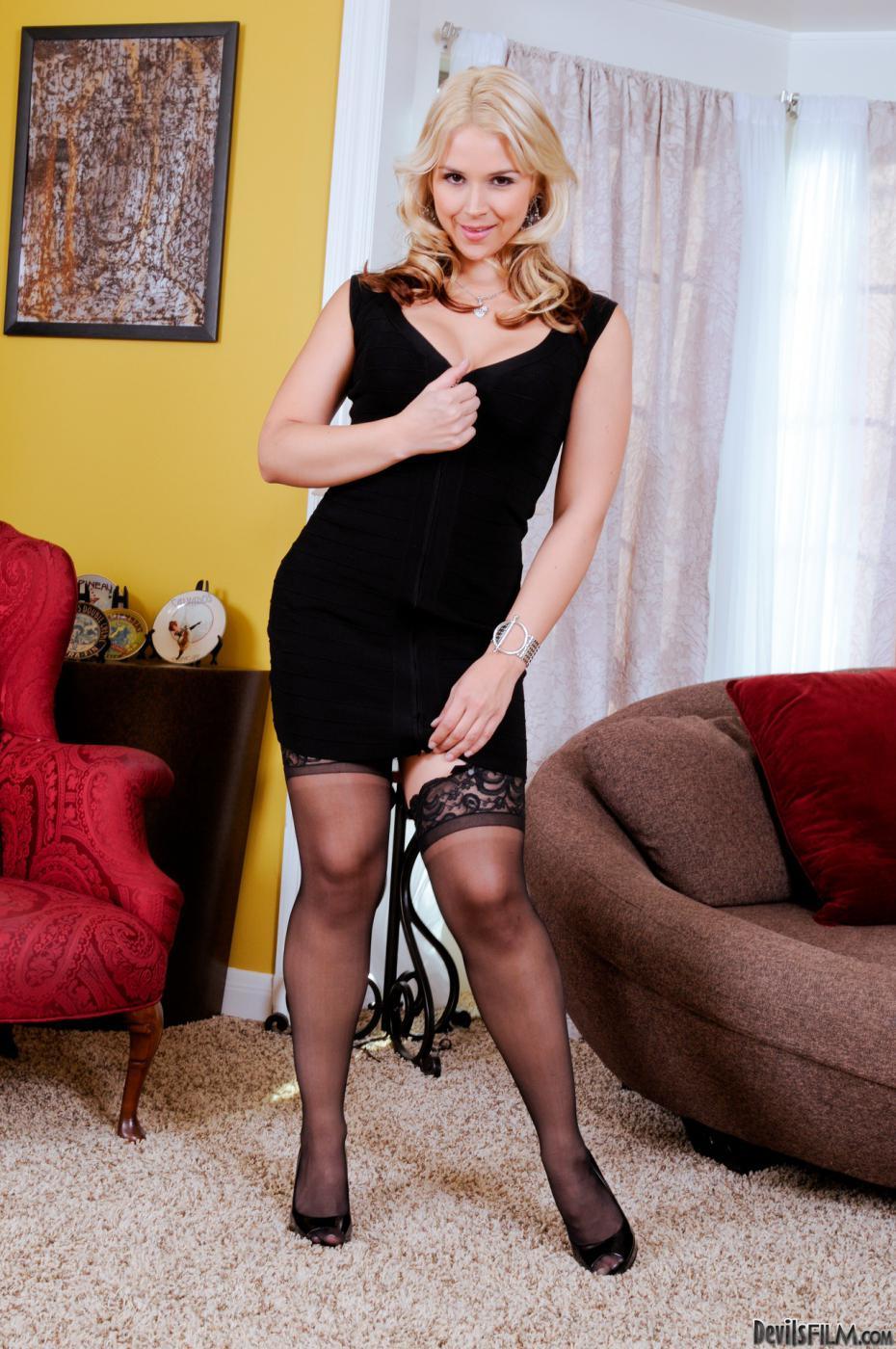 От белья блондинка Sarah Vandella выглядит еще более привлекательной и сексуальной