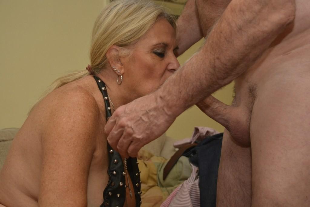 Сексуальная пожилая блондинка сосет хер у седого мужа