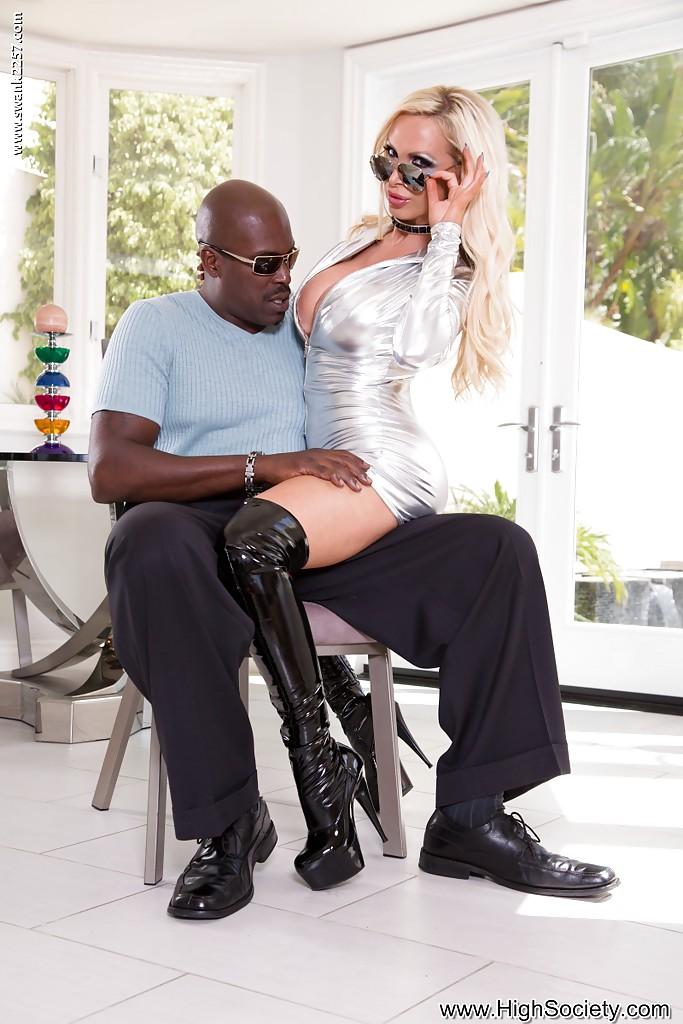 Nikki Benz дождалась когда муж ушел и стала трахаться с негром