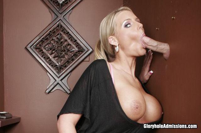 Блондинка Phoenix Marie с идеальными большими сиськами глотает сперму после отсоса в дырке в стене