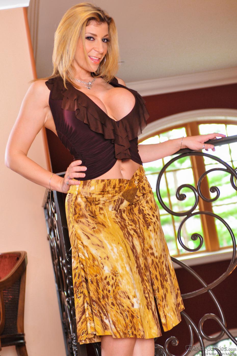 Голая зрелая блондинка Sara Jay трясет большими сиськами перед возбужденными зрителями