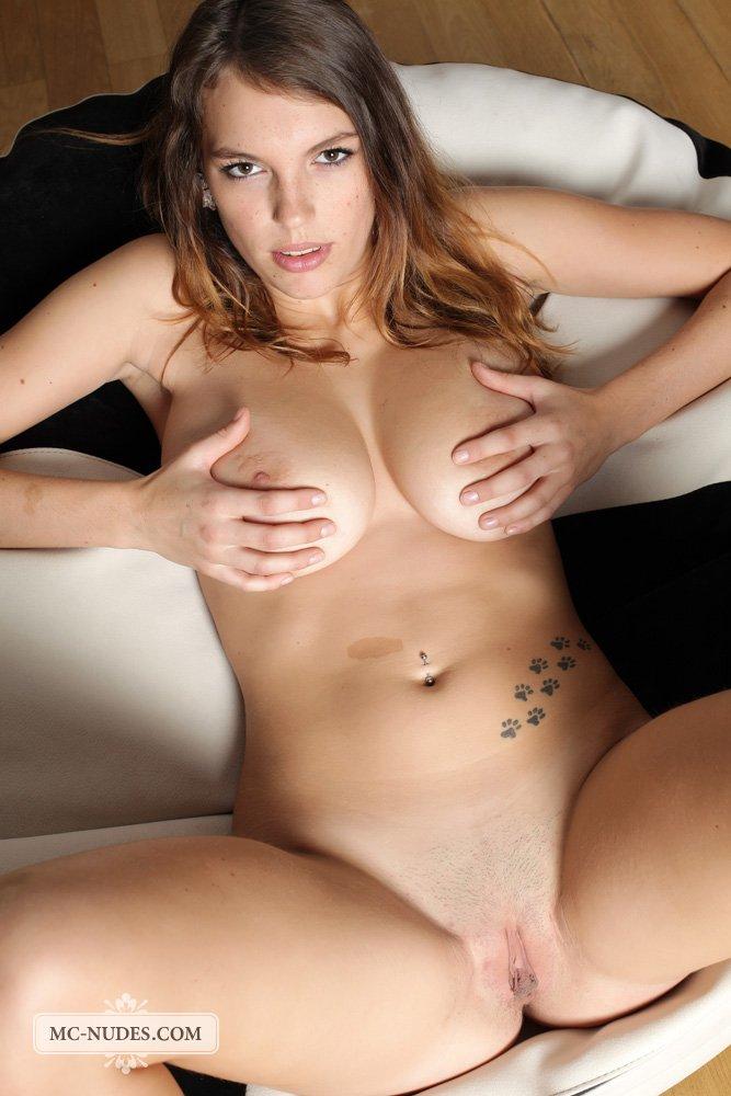 Грудастая брюнетка Samantha Boobs показывает свою бритую киску во время озорной эротичной фотосессии