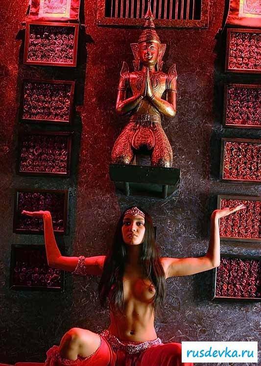 Индийская жрица любви с голой попкой