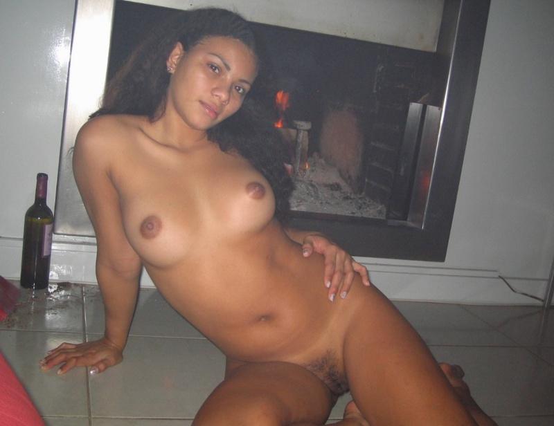 Молодая латинка с маленькими сиськами позирует голой перед камерой