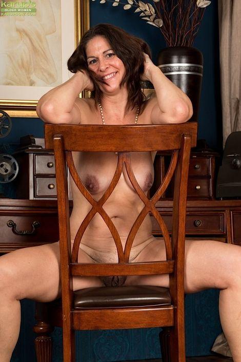 Взрослая бабеха под сорок лет с восхитительным телом и волосатой пилоткой на домашнем порно фото