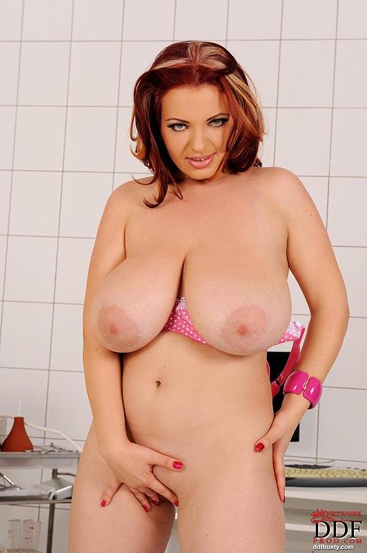 Кудрявая мамаша Joanna Bliss с массивной натуральной грудью снимает розовый лифчик и трусики