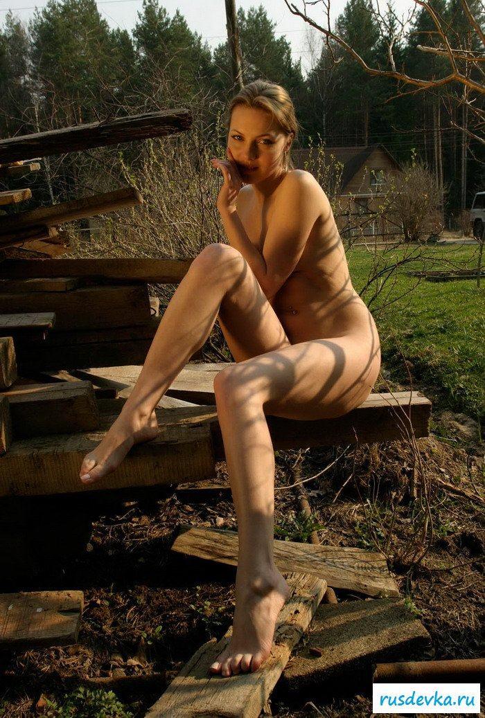 Молодая подружка на стройке обнаженная