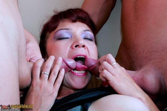 Кокетливая дама трахается с двумя озорными пацанами