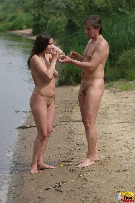 Парни пригласили сосок на природе и занимаются свингерским сексом