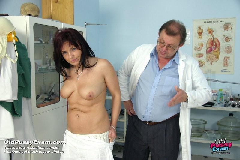 Зрелая дамочка приходит к опытному гинекологу, чтобы подставить дырочку для качественного осмотра