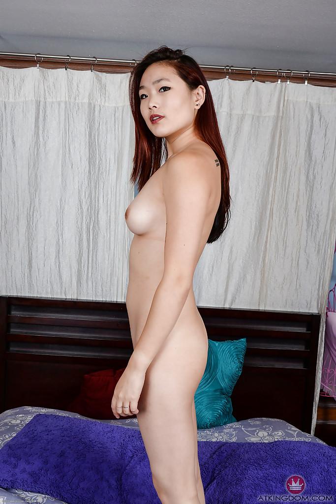 Азиатская любительская обнажая лысую пизду