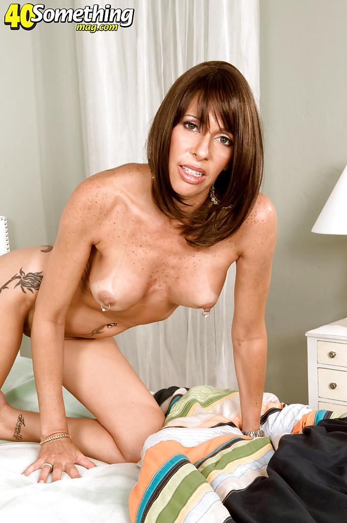 Татуированная дамочка Isabella с пирсингом мастурбирует дилдо в спальне