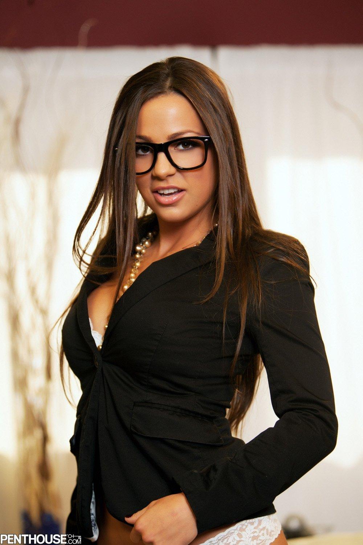 Сексуальная секретарша в очках оголяет свое роскошное тело перед камерой