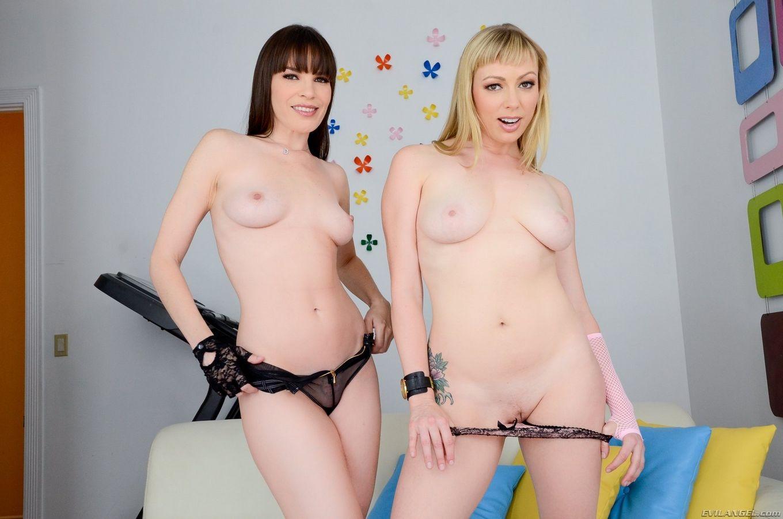 Две опытные подруги показывают голые задницы
