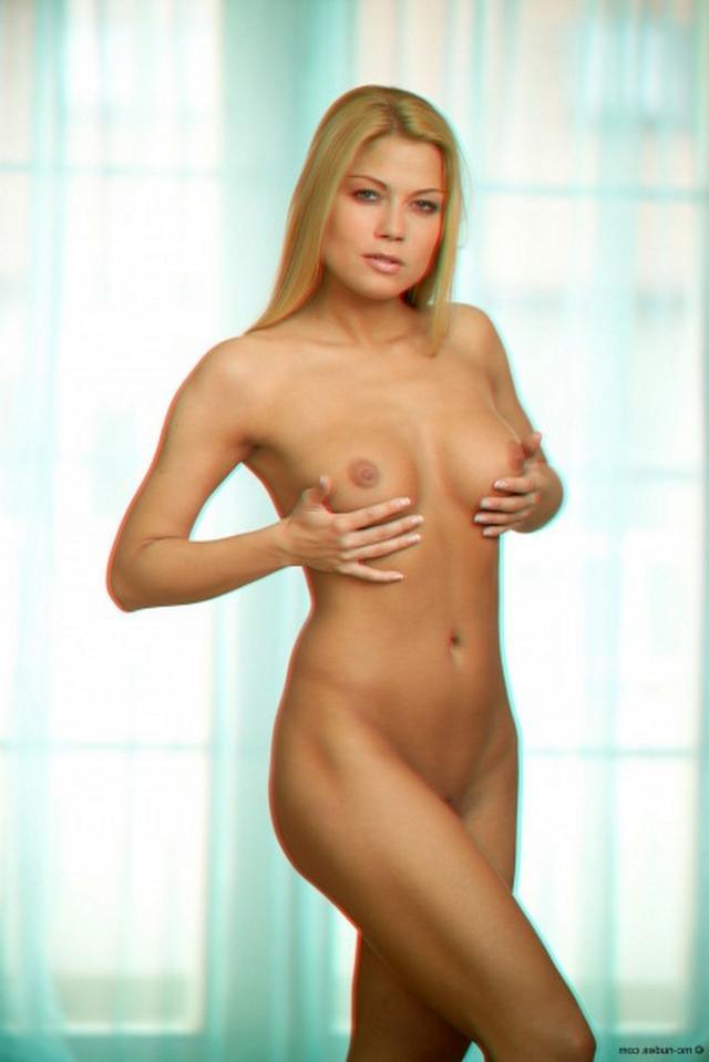 Молодая и сексуальная блондинка показала большую грудь