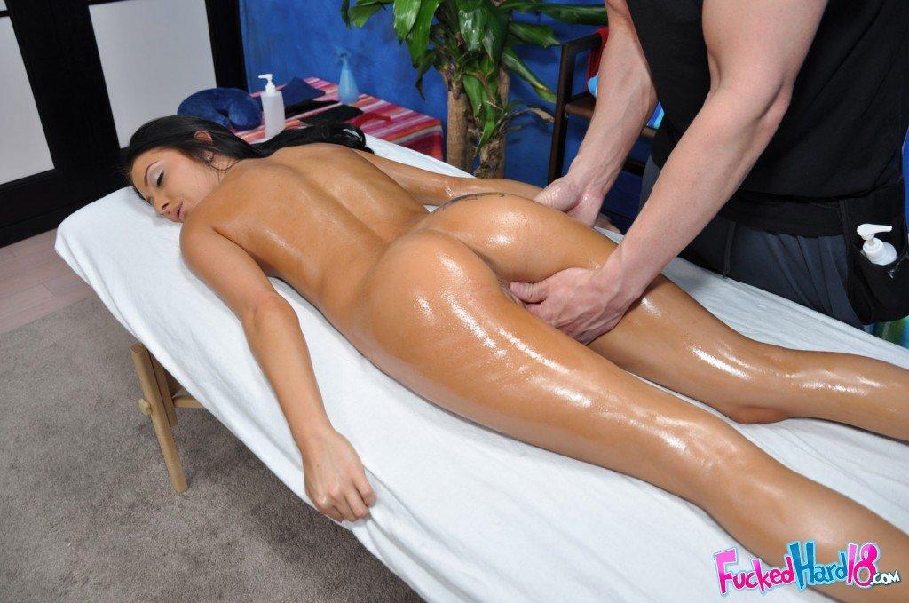 Темноволосая красотка с загорелой кожей Stephanie Cane наслаждается массажем твердым членом
