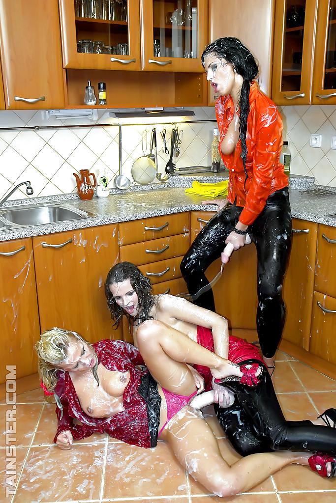 3 лесбиянки балуются дилдами на кухне