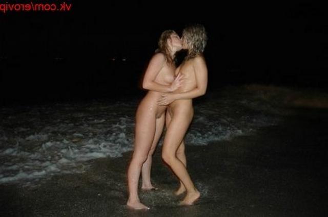 Белокурые лесбиянки на пляже ночью решили пошалить
