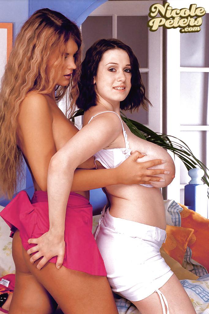 Горячие лесбиянки с большими дойками развлекаются в спальне
