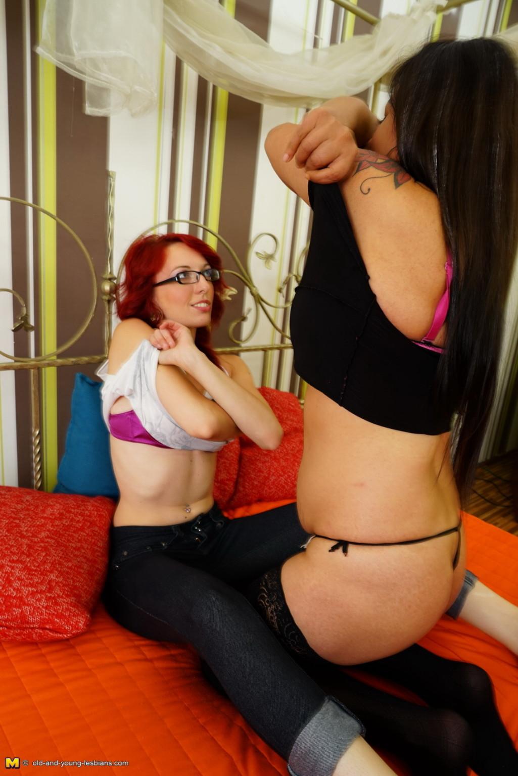 Молодая девушка с удовольствием доверяет свое тело опытной даме в теле, ей нравятся ее умелые действия