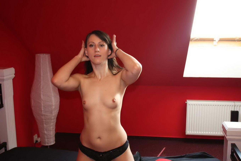 Молодые подружки обнимаются голыми перед вебкой