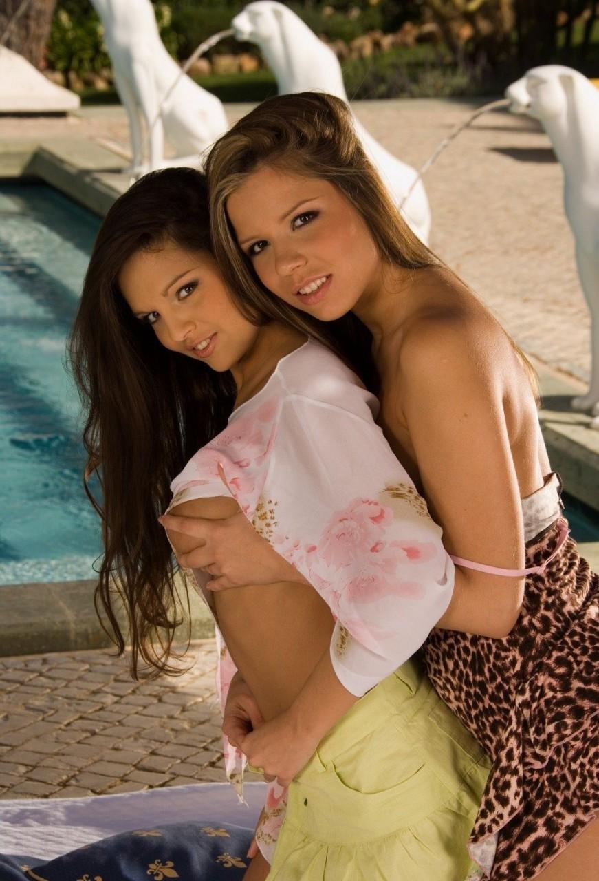Стройные малышки шалят у бассейна