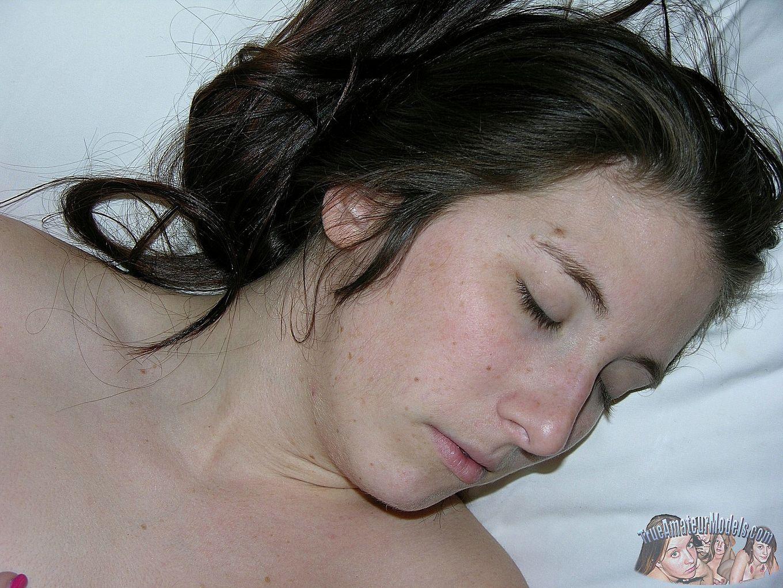 Мужик кончил девке на спину, сперма попала на тугой анус, очень возбуждающая картинка