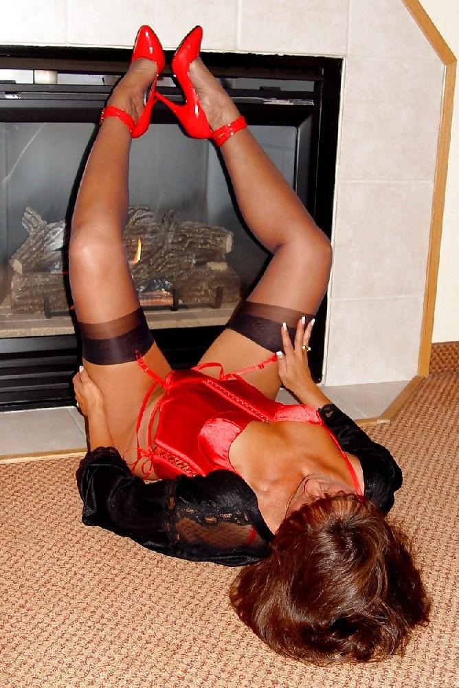 Шикарная женщина соблазняет в красном белье, а потом одевает платье