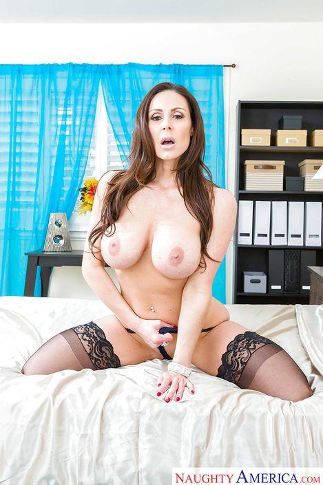 Профессиональное порно фото Kendra Lust с шикарной пиздой крупным планом