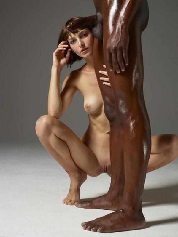Влюбленная девушка сделала своему темнокожему мужчине массаж члена