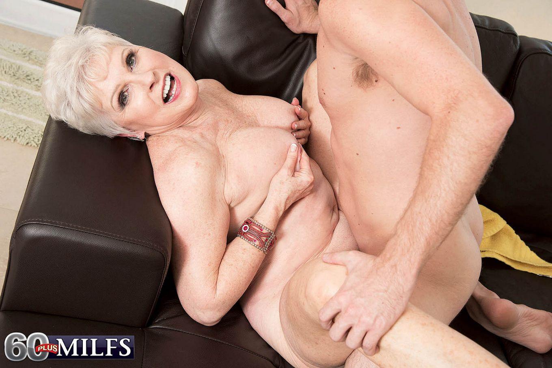 Распутной пожилой женщине мало того, что парень ей намазал спину кремом, она хочет трахаться с ним
