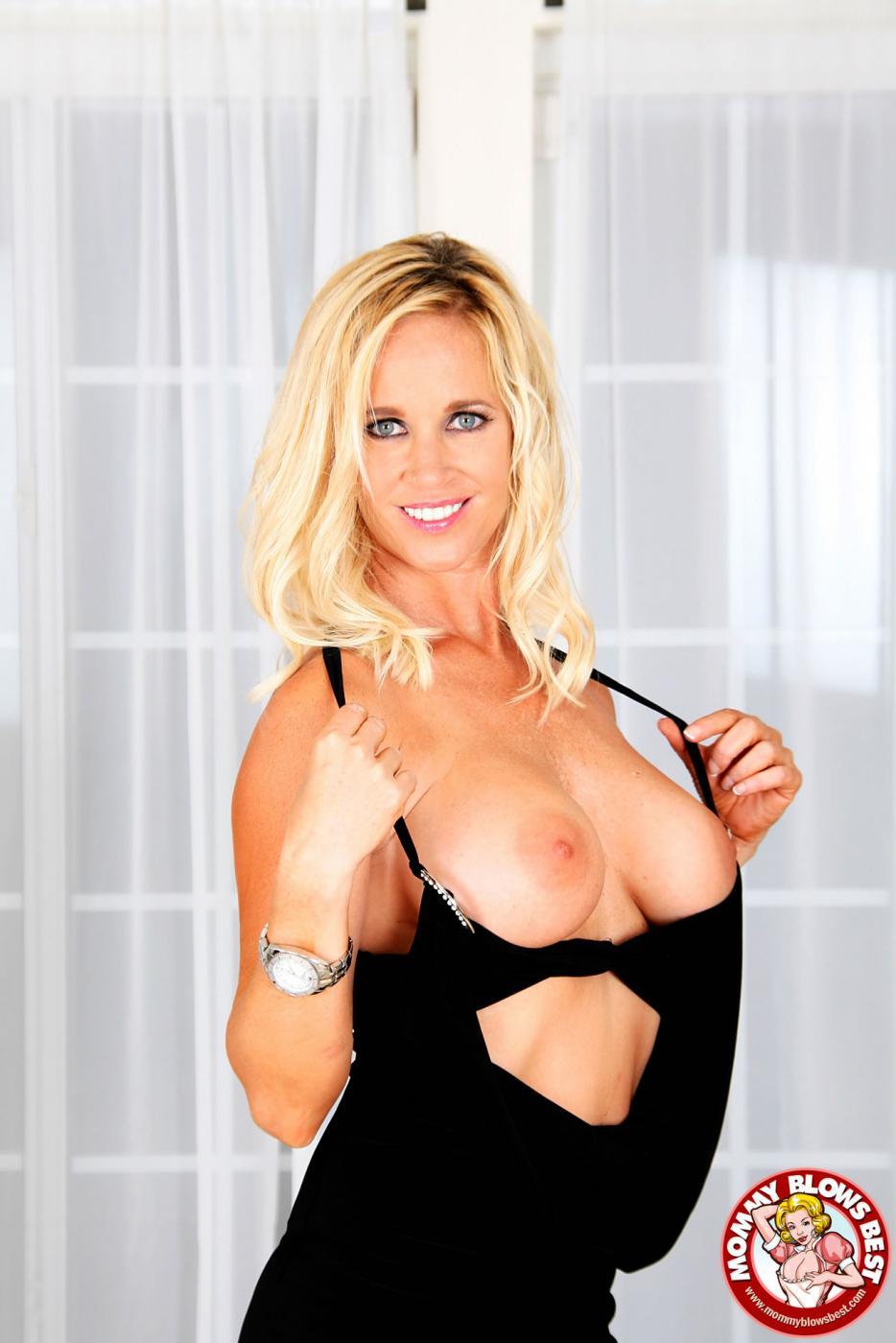 Светловолосая мамуля Totally Tabitha с большой грудью делает чудесный минет с твоей точки просмотра!