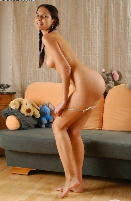 Очаровательная студентка голышом раздвинула половые губки