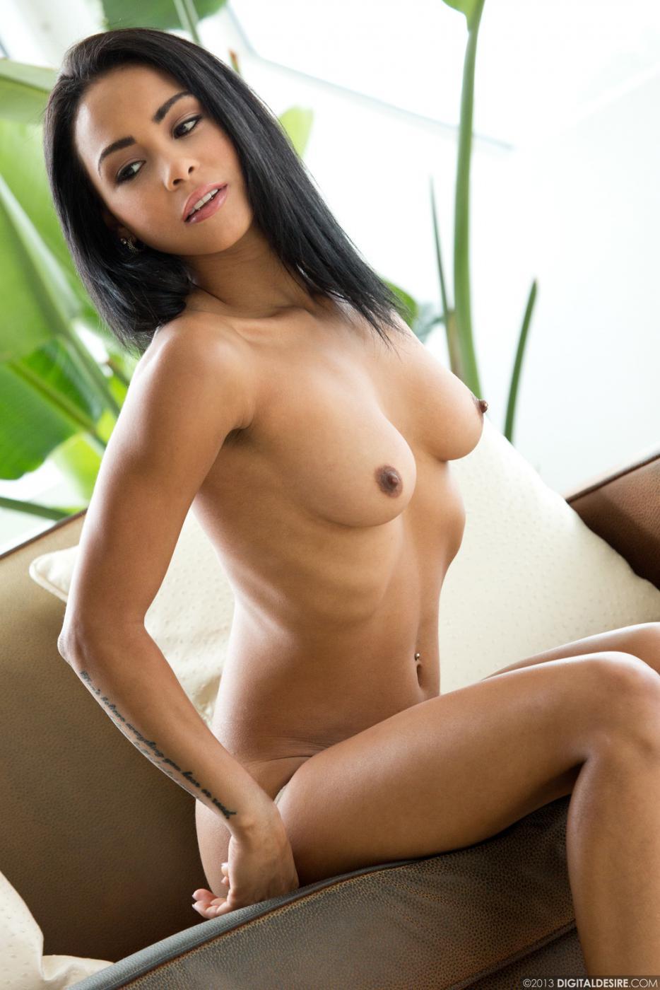 Молодая латинка Gulliana Alexis спешит снять белые трусики и показать свое горячее тело