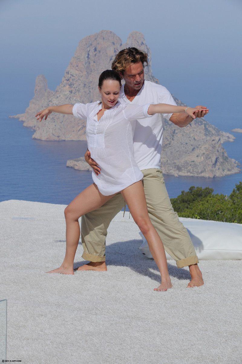 Стройная брюнетка с маленькой грудью Blue Angel занимается чувственным сексом на пляже