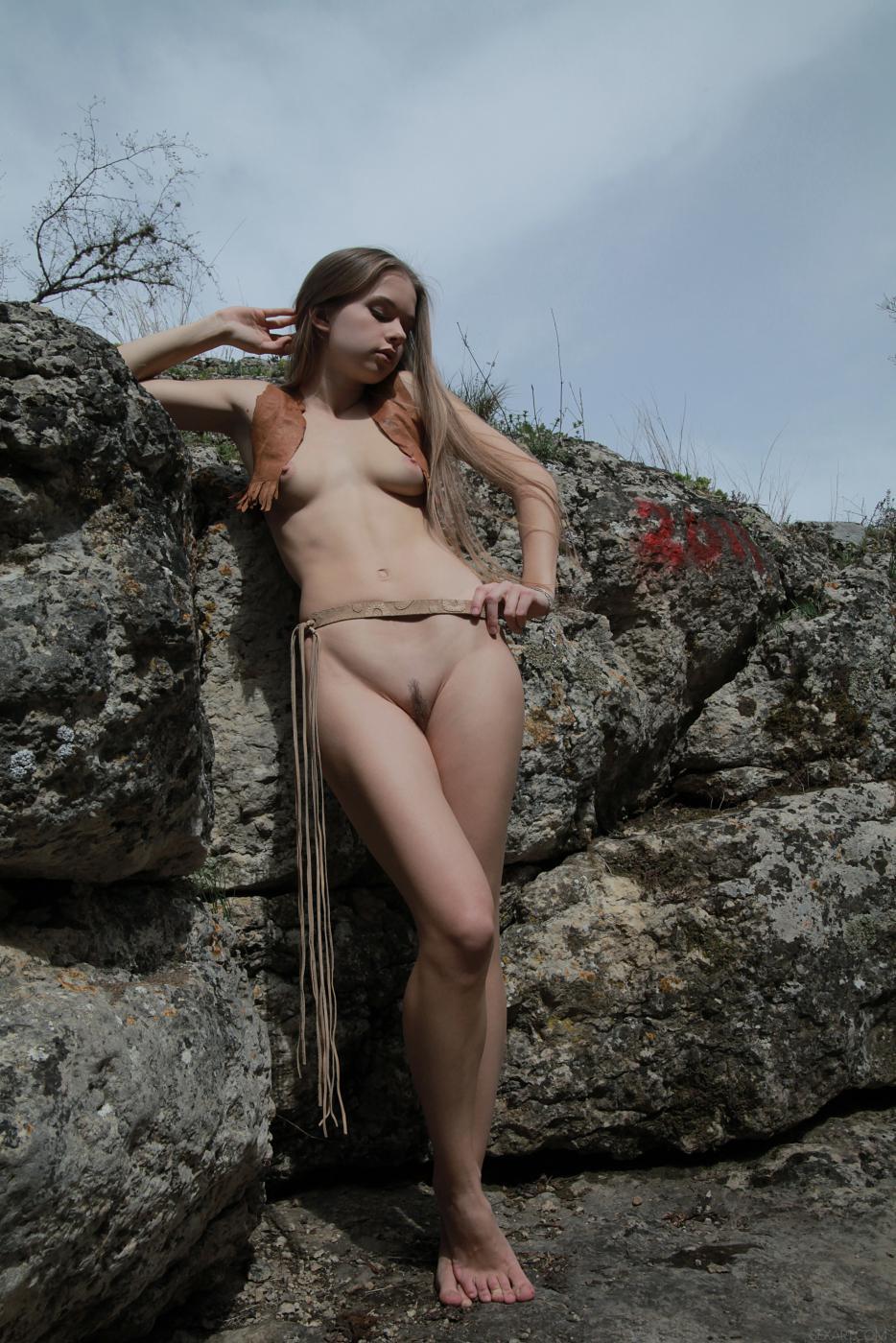 Завораживающая девочка-подросток Milena D показывает свое фантастическое тело на природе