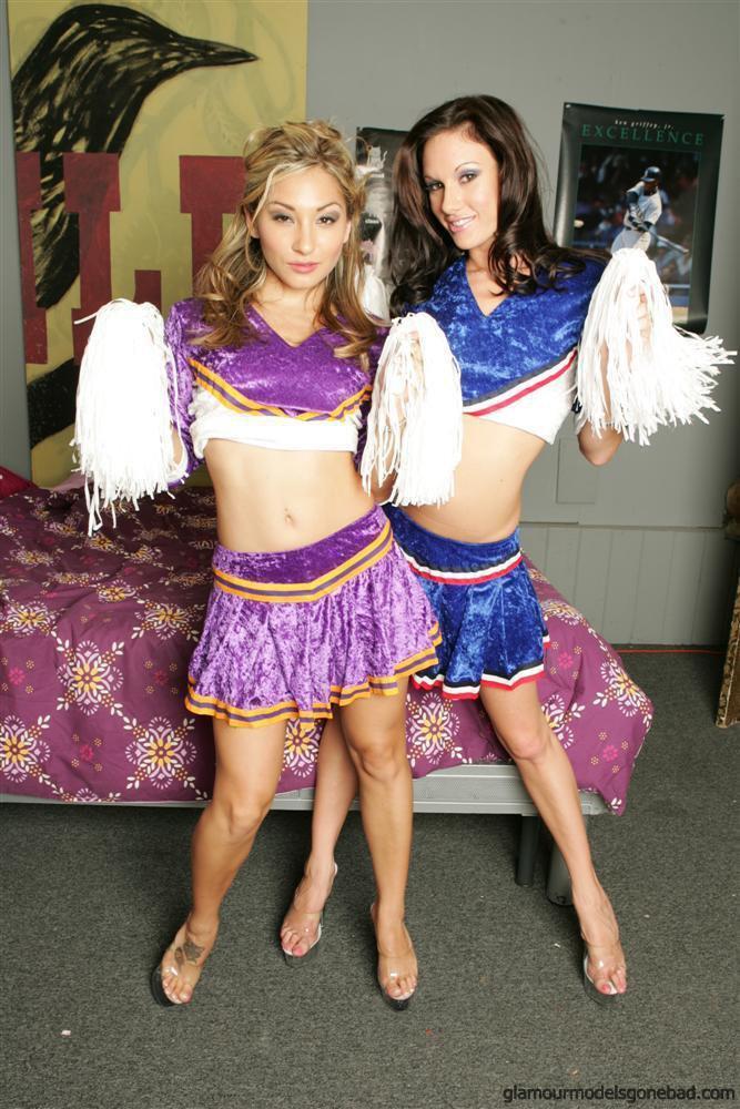 Две черлидерши Roxy Jezel и Taylor Rain ходят топлес и показывают свои крохотные попки