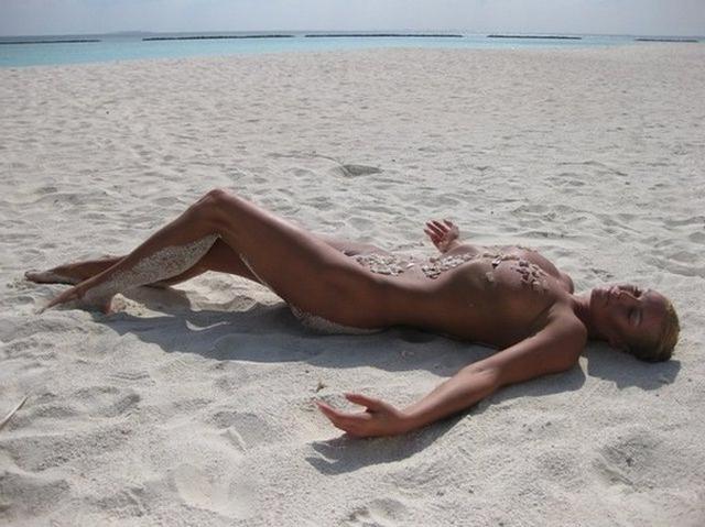 Голая и знаменитая Волочкова оголилась на пляже